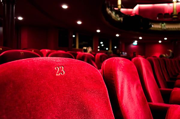 劇場の赤い布張り座席の画像
