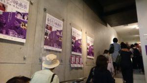 ろう映画祭 行列で入場する人々