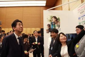 安倍総理に説明する廣川麻子さん