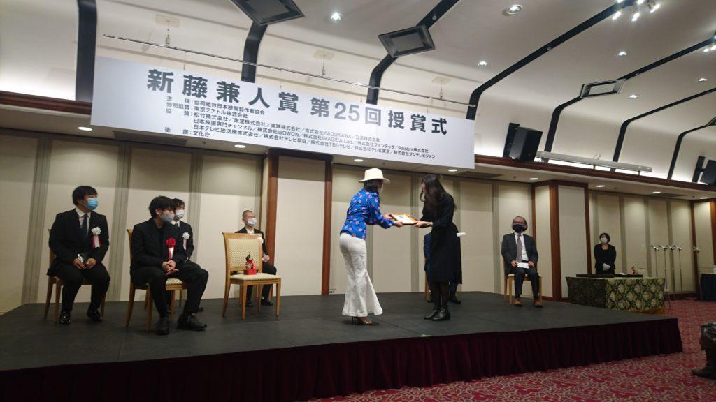HIKARI監督に賞を贈呈する山上
