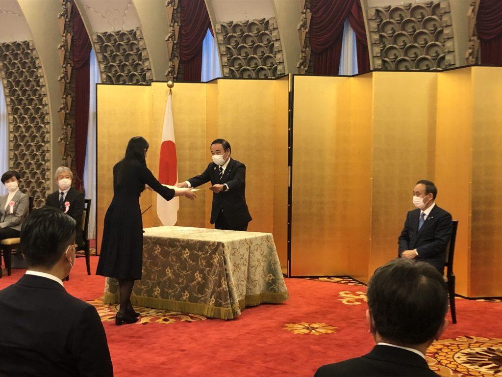 坂本内閣府特命担当大臣から表彰状を授与される山上