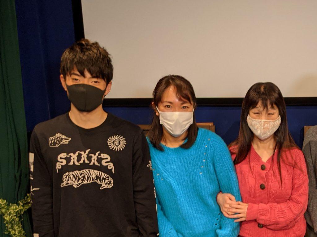 音声ガイド制作者松田を中心に、視覚障害モニターおふたりが並んだスナップ写真